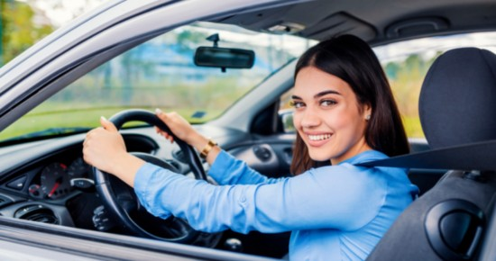 étudiante conduisant une voiture
